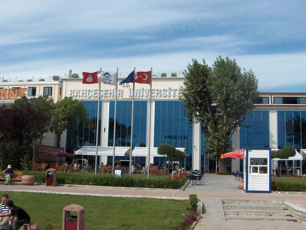 تأسست جامعة بهتشه شهير عام 1998م، وهي تهدف إلى أن تصبح واحدة من أفضل 500 جامعة في العالم بحلولِ عام 2023م، رافعة شعار (جامعةُ العالم في قلب اسطنبول وملتقى القارتين) وهي تعتبر من أفضل الجامعات الخاصة في تركيا .