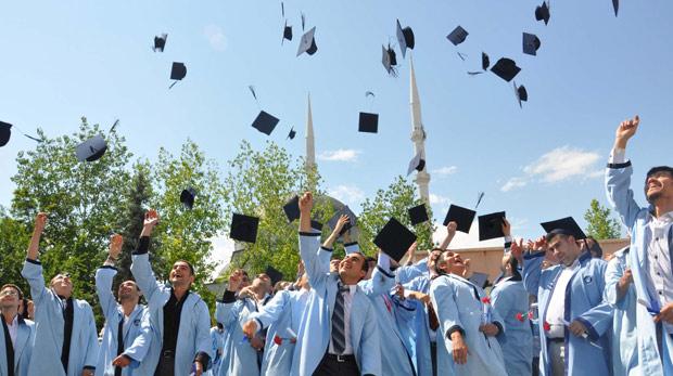 """باتت تركيا في السنوات الأخيرة قِبلة للطلاب من جميع دول العالم، وخاصة طلاب ما بات يعرف بـ """"دول الربيع العربي""""، والراغبين في الدراسة واستكمال التعليم الجامعي نظراً لجودة التعليم في تركيا، وتصنيف بعض جامعاتها ضمن قائمة أفضل 200 جامعة على مستوى العالم. وهذه التسهيلات الممنوحة للطلاب الأجانب تتمثل في إمكانية الحصول على منح دراسية كاملة للمتفوقين منهم، وخصومات على الرسوم المخصصة تصل إلى 50% لغيرهم، الأمر الذي يفتح الطريق أمام الطلاب العرب لخوض التجربة ."""