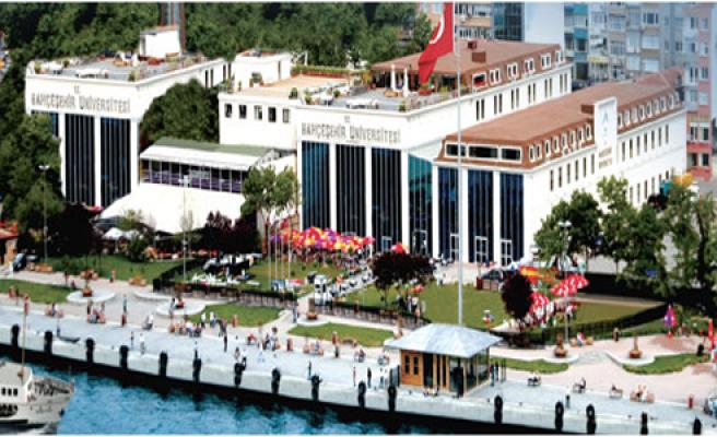 """İstanbul'un Kalbinde"""" sloganına yakışır bir üniversite Bahçeşehir Üniversitesi (BAU)... Beşiktaş'ta boğazın kenarındaki ana kampüsünde günün erken saatlerinde başlayan ve neredeyse tam gün süren bir hareketlilik var. Üstelik üniversitenin hemen her noktasında bir etkinliğe rastlamanız mümkün.  BAU'nun kapısından girdiğinizde gözünüze ilk çarpan şey üniversitemizdeki yabancı öğrenci sayısının fazlalılığı olacak. Amerika Birleşik Devletleri'nden Çin'e, Fransa'dan Güney Kore'ye kadar uzanan geniş bir coğrafyadan bini aşkın yabancı öğrencimiz okuyor BAU'da. Niçin BAU'yu tercih ettiklerini sorduğunuzda ise yanıtlar aynı: """"Merkezi konumu ve uluslararası gücü"""". BAU'nun konumu ortada. Uluslararası alandaki çalışmalarını anlamak içinse üniversite kampüsümüzde ya da web sitemizde kısa bir tur yapmanız yeterli olacak.  BAU, öğrencilerine çeşitli anlaşmalar ve işbirlikleri ile dünyanın çok farklı noktalarında eğitim alma şansı sağlıyor. Üstelik bunu da Berlin, Toronto, Washington DC, Batum, Kıbrıs, Hanoi, Kiev, Pueblo, Brockwille gibi BAU Global üyesi kurumların bulunduğu kentlerde yapıyor.  """"International Office"""" birimi eğitimine BAU Global kampüslerinde devam etmek isteyen öğrencilerine programlarla ilgili tüm desteği sağlıyor. BAU'da bölümünüzle ilgili bir dersi İstanbul'da ya da Berlin'de, Batum'da ya da Washington DC'deki BAU Global Eğitim Ağı'nın üyesi kurumlarda alma olanağınız var. Ayrıca her akademik yılın sonuna doğru BAU'nun yurtdışı yaz programlarına başvuru yapma şansına da sahipsiniz. Üstelik BAU Global'in yurtdışı yaz programları yalnızca kendi öğrencimize değil, tüm dünyadan öğrencilere açık!"""