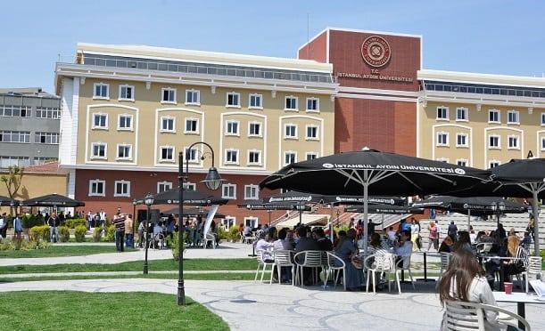 """İstanbul Aydın Üniversitesi Anadolu Eğitim ve Kültür Vakfı (AKEV) tarafından ulusal ve uluslararası düzeyde aranılan nitelikli insan gücünü yetiştirmek amacıyla 2003 yılında kuruldu. Doğrudan Yükseköğretim Kurulu'na bağlı olarak eğitim-öğretim hayatına başlayan Anadolu BİL Meslek Yüksekokulu,""""Türkiye'nin ilk vakıf meslek yüksekokulu"""" olarak bir ilke imza attı.  2003 yılında Anadolu BİL Meslek Yüksekokulu ile temellerini atarak 2007 yılında kuruluşunu tamamlayan İstanbul Aydın Üniversitesi, 10 fakülte, 3 meslek yüksekokul, 1 yüksekokul, 3 enstitü, 16 araştırma merkeziyle yükseköğrenimde yerini aldı. İstanbul Florya, Bahçelievler, Beşiktaş, Kadıköy, Bakırköy ve Tepekent kampüslerinde 28.000'e yakın öğrenci ile eğitim hayatını sürdüren İstanbul Aydın Üniversitesi, 63 önlisans, 52 lisans, 3 uzaktan eğitim, 39 yüksek lisans, 9 doktora ve 1 sanatta yeterlilik programıyla çağın gerektirdiği insan gücünü yetiştirmek için modern ve çağdaş eğitim - öğretim ortamına sahiptir."""